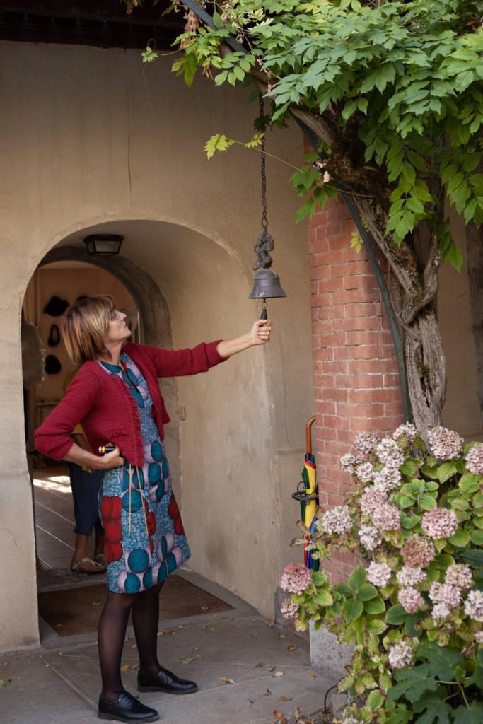 Rose sonne la cloche à l'entrée de la maison